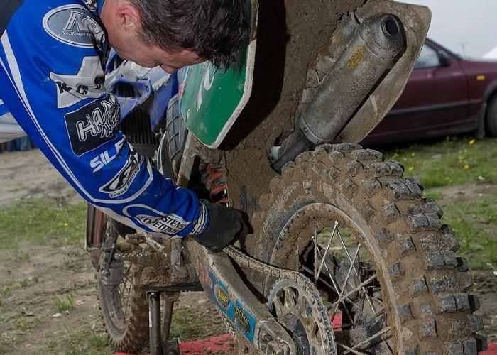 i runda mistrzostwa polski olsztyn motocross 2010 zawodnik czyszczenie lancucha
