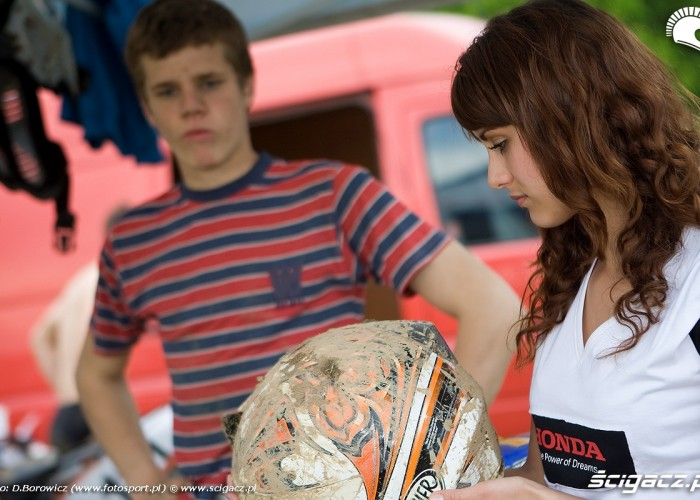 laska z kaskiem motocross mistrzostwa polski radom maj 2010 c mg 0082