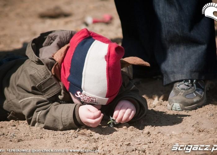 dziecko zabawa piasek