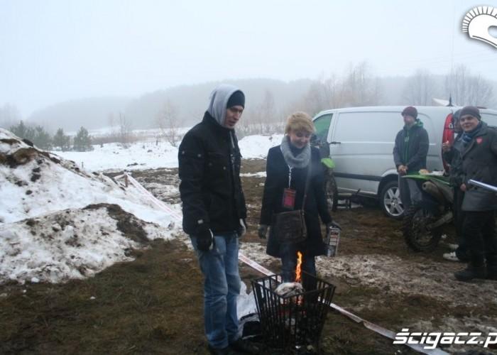 Snow Cross grzanie rak przy koksowniku