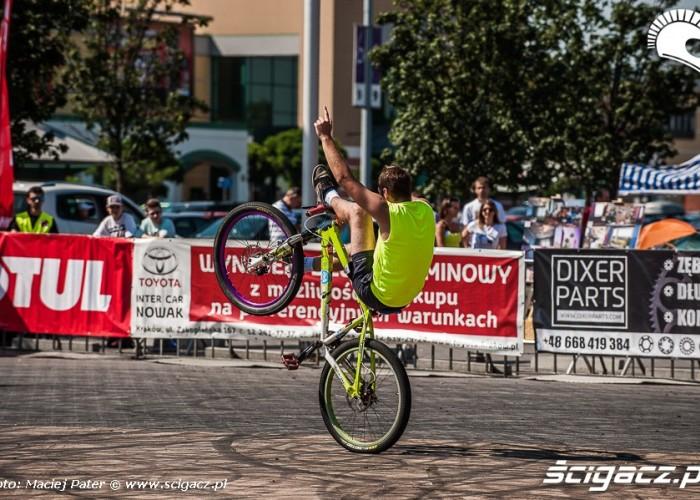HC wheelie na rowerze