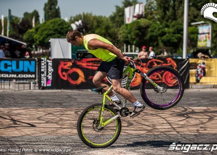 wheelie tylem na rowerze