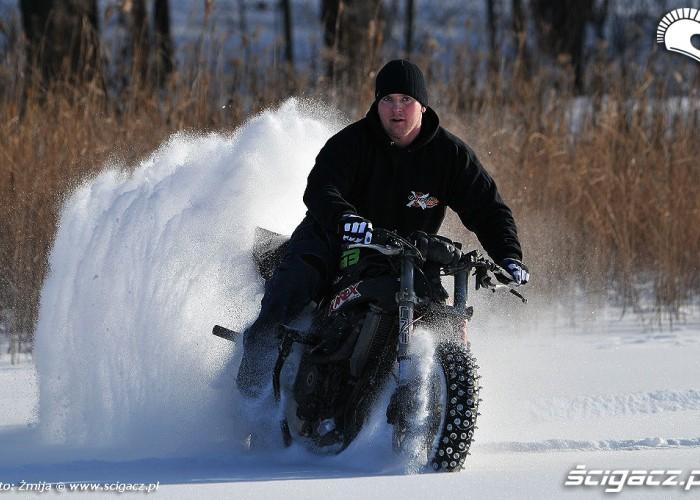 Beku drifty motocyklem w sniegu