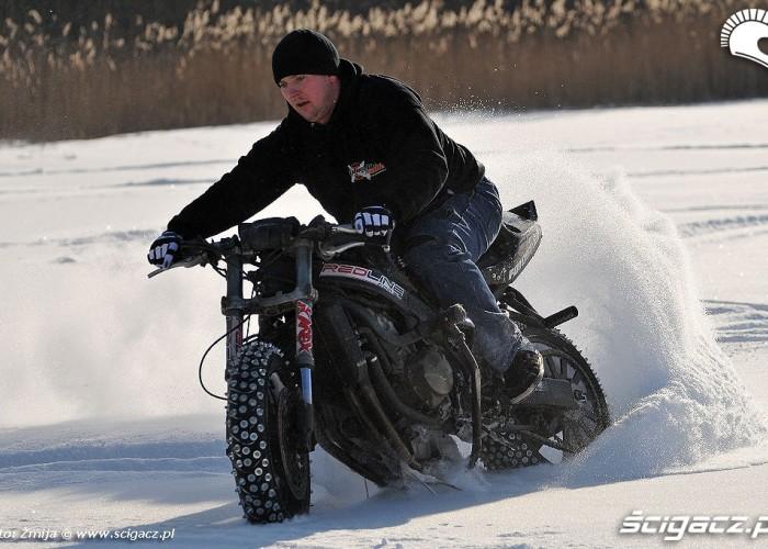 Drifty motocyklem na lodzie