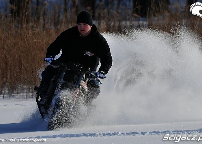 Drifty w sniegu Beku