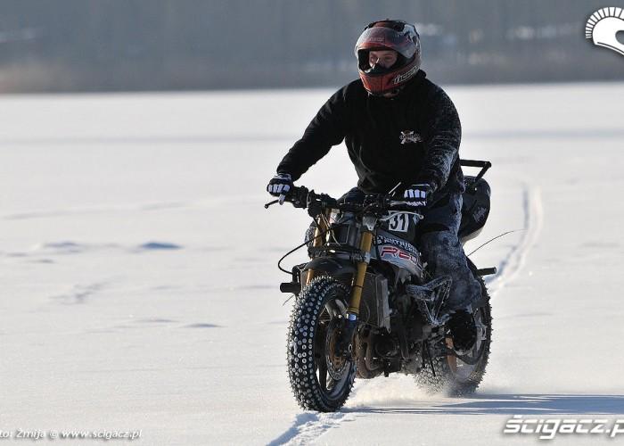 Jazda motocyklem po zamarznietym jeziorze Beku