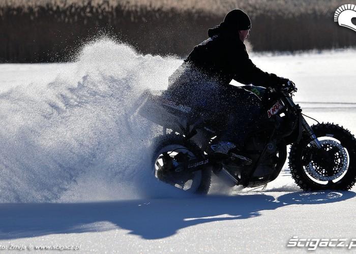 Jazda w sniegu motocyklem