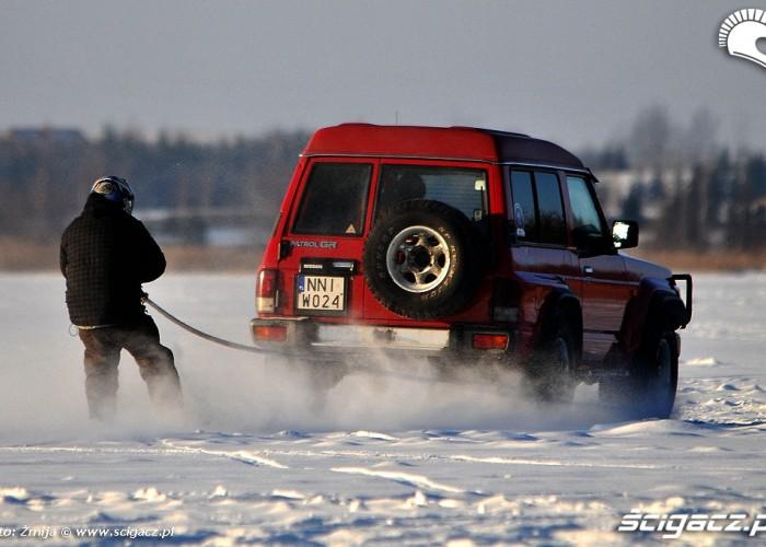 Kulig za samochodem na nartach