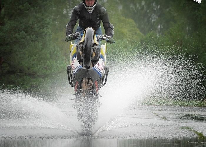 kuba wheelie przez wode borsk sierpien 2008