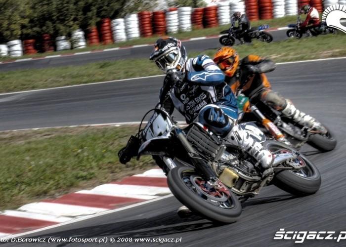 czterech zawodnikow supermoto motocykle wrzesien radom 2008 a mg 5103