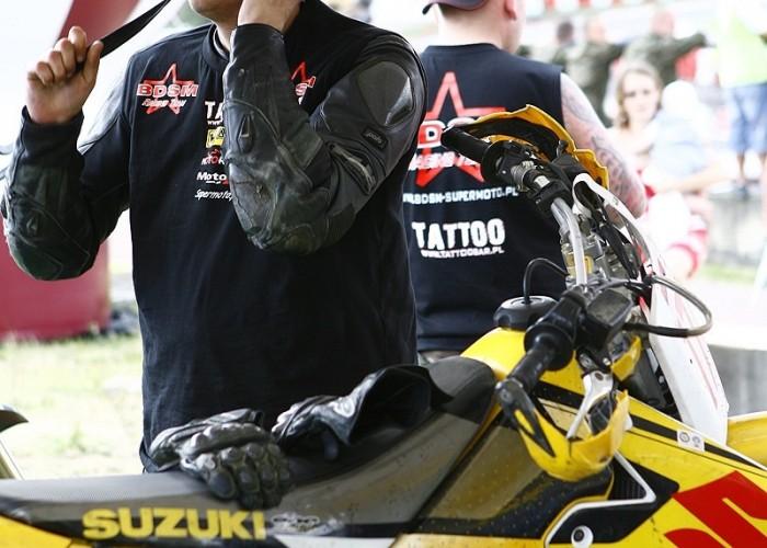 zakladanie kasku sacha radom supermoto motocykle lipiec 2008 c mg 0351