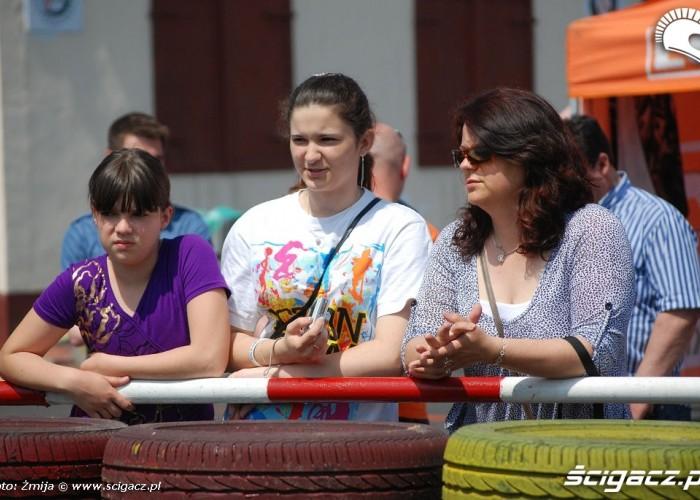 Dziewczyny przy barierkach