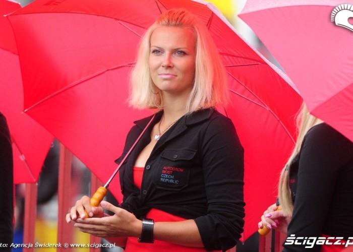 blondynka z parasolem