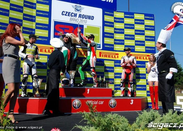 Biaggi swietuje zwyciestwo Brno 2010