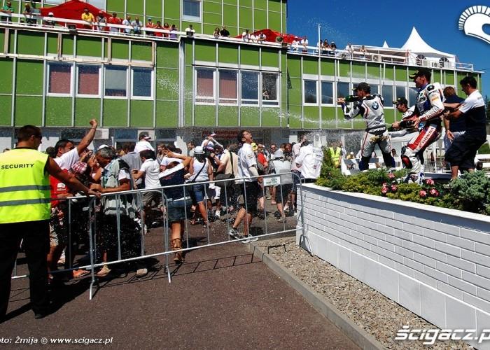 Lanie szampana podium WSBK Brno