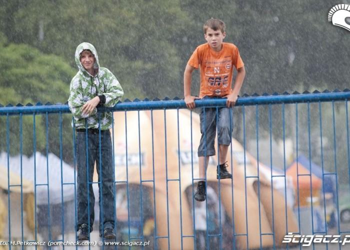 kibice na bramie deszcz