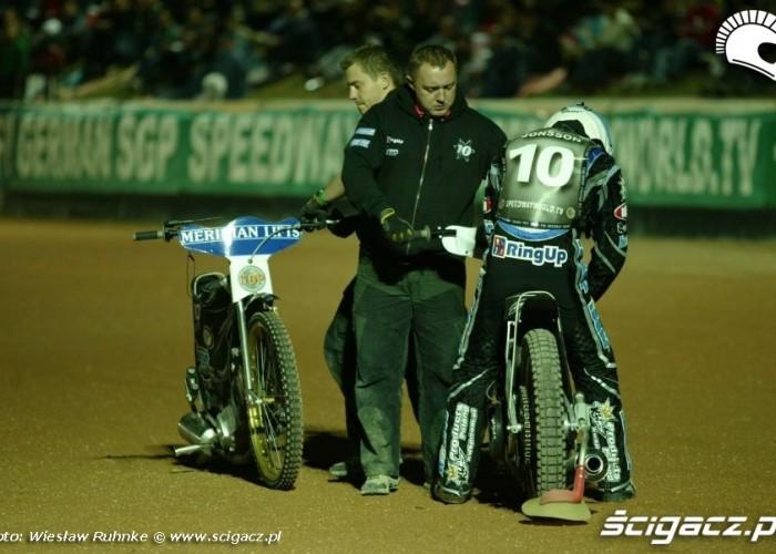 A Jonsson zmienia motocykl przed startem do 2 biegu