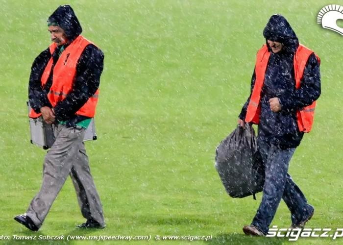 08 fotografowie w deszczu