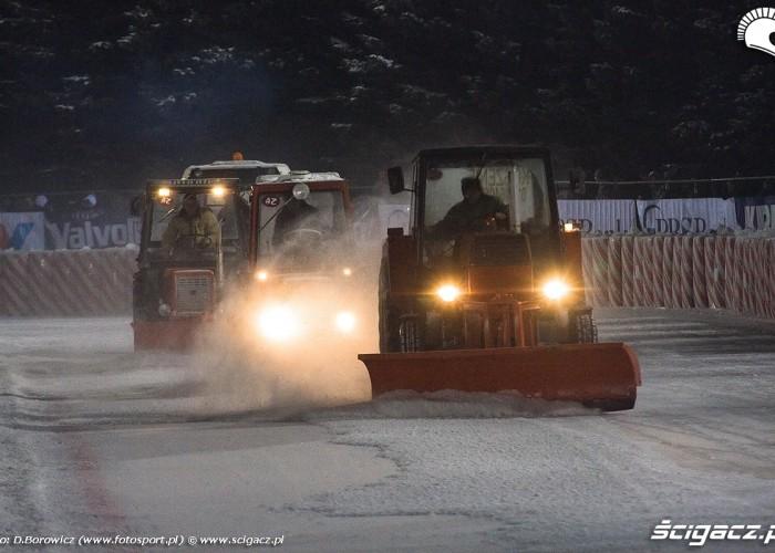 oczyszczanie lodu sanok ice racing 2010 a mg 0147