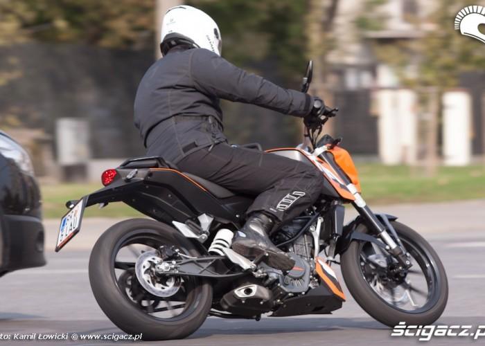 skrzyzowanie pochylenie KTM Duke 200 scigacz pl
