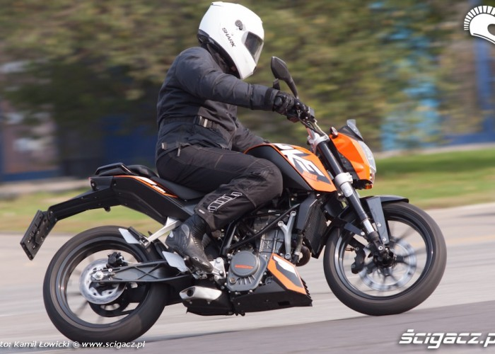 zakret pochylenie KTM Duke 200 scigacz pl