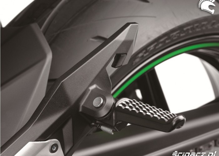 Kawasaki Z800 2013 podnozek pasazera