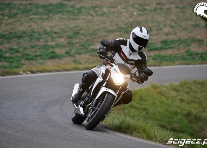 Na zakretach Honda CB500F 2013