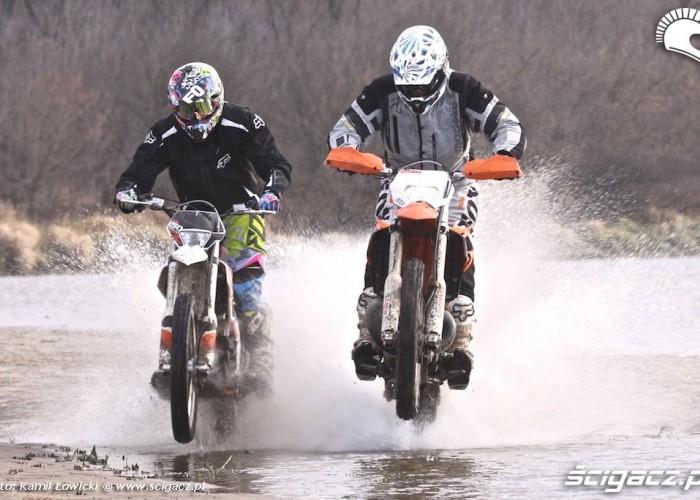na gumie przez wode KTM 250 Porownanie