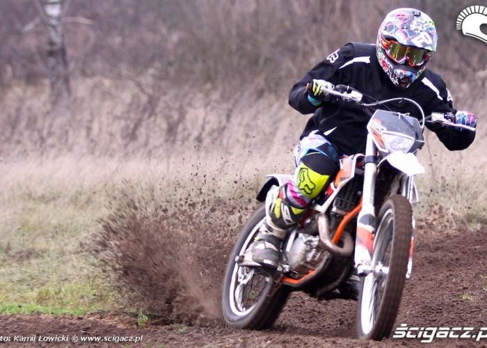na zakrecie freeridem KTM 250 Porownanie