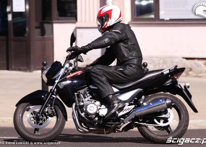 lewa strona przechyl Suzuki Inazuma 250