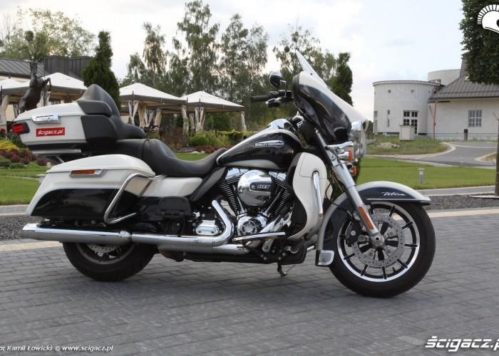 Harley Davidson Electra Glide Ultra Classic z boku