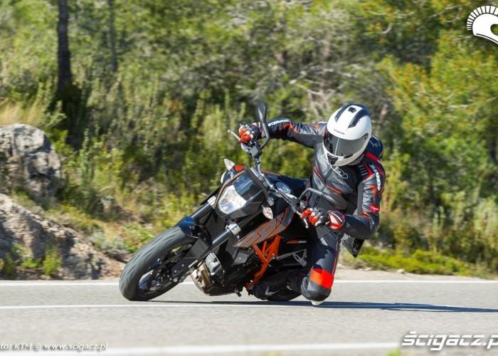 Na kolanie KTM 690 Duke 2014