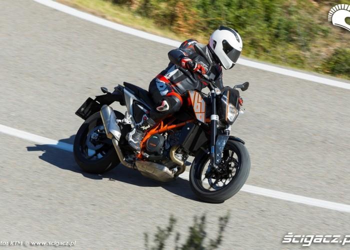 Szczyt zakretu KTM 690 Duke 2014