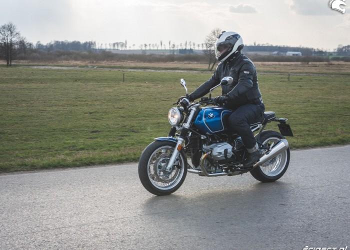 14a BMW RnineT5 34 jazda bok