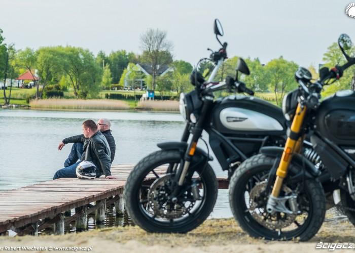 16 Ducati Scrambler 800 Ducati Scrambler 1100 nad jeziorem
