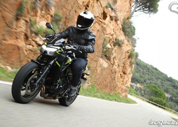 04 Kawasaki Z650 2020 droga front lewy