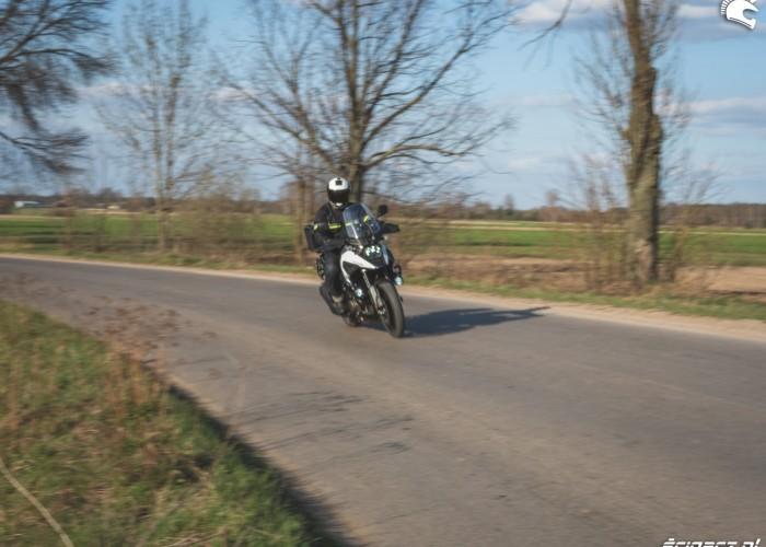 02 Suzuki VStrom 10150 26 asfalt zakret