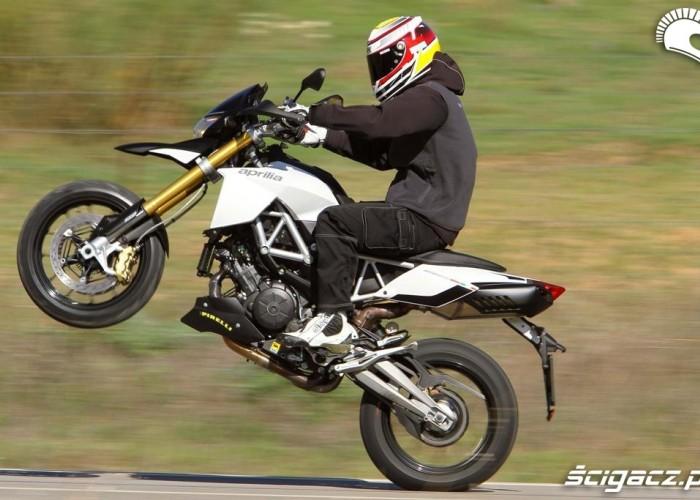 Aprilia Dorsoduro 1200 2011 wheelie