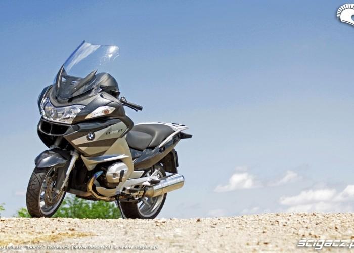 blekitne niebo zaparkowany motocykl