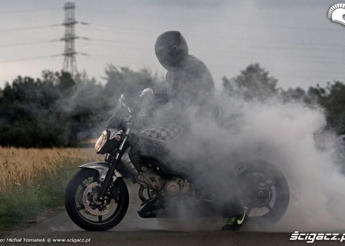 w klebach dymu