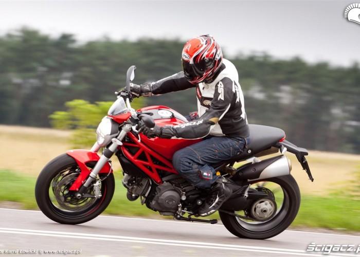 bok zakret Ducati Monster