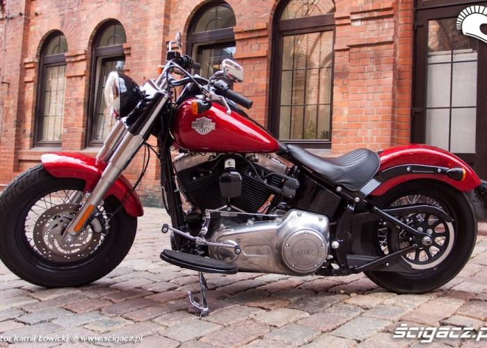 lewy bok alejka Harley Davidson Softail Slim