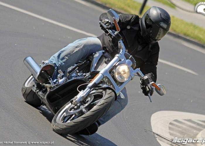 Harley Davidson V Rod w zakrecie miasto muscle