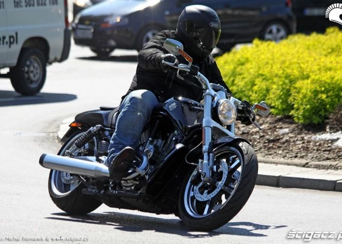 Harley V Rod Muscle jazda w miescie