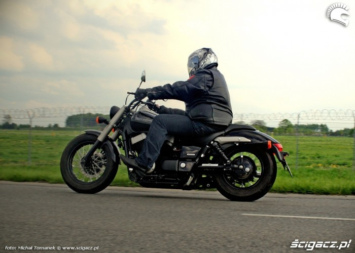 Honda Shadow Black Spirit jazda z boku