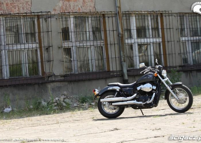 Honda VT750S przy kratach