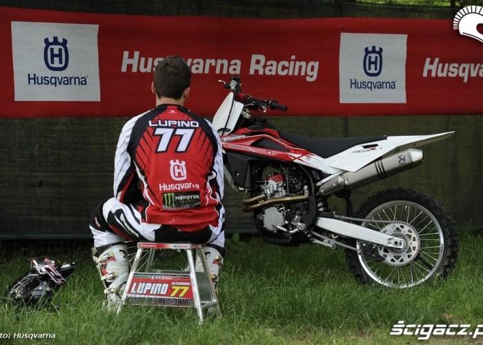 tc250r lupino przy motocyklu