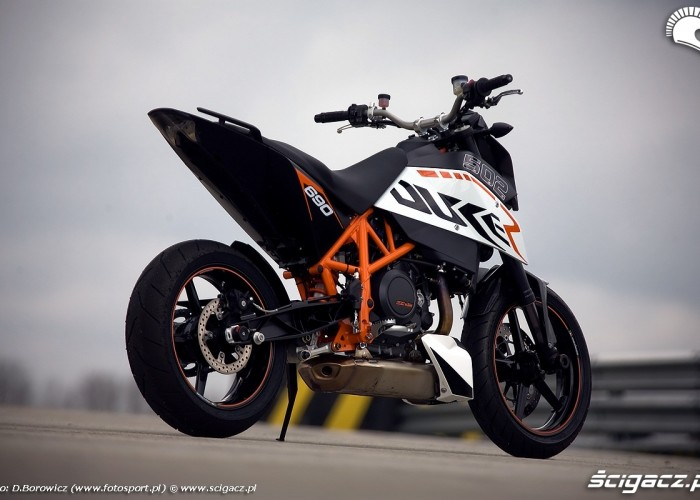 motocykl z tylu duke 690 ktm test a mg 0043