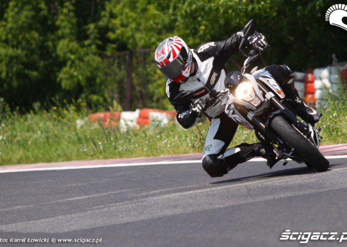 KTM Duke 125 2012 w zakrecie