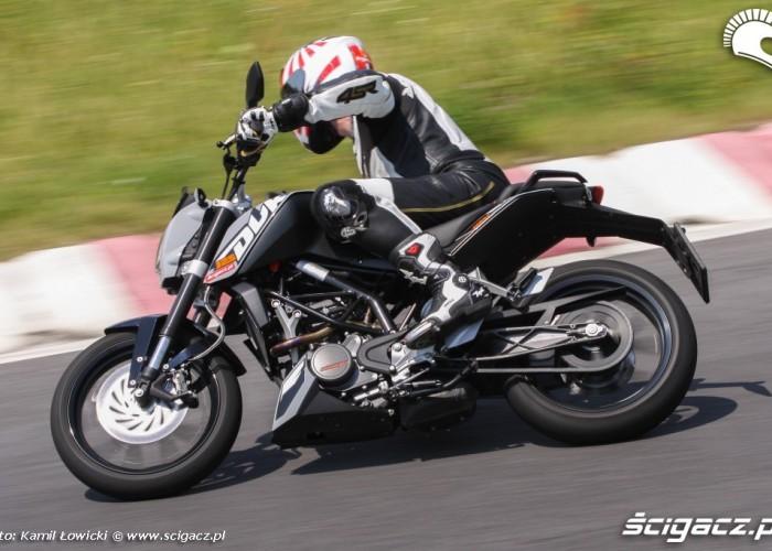 KTM Duke 125 szybki zakret scigacz pl
